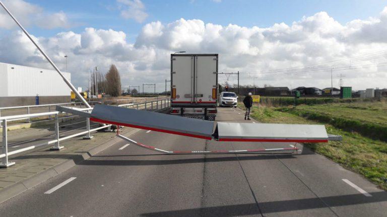 """Vrachtwagenchauffeur rijdt hoogtebalk Bredeweg volledig aan gort :""""navigatie zei dat het kon"""""""