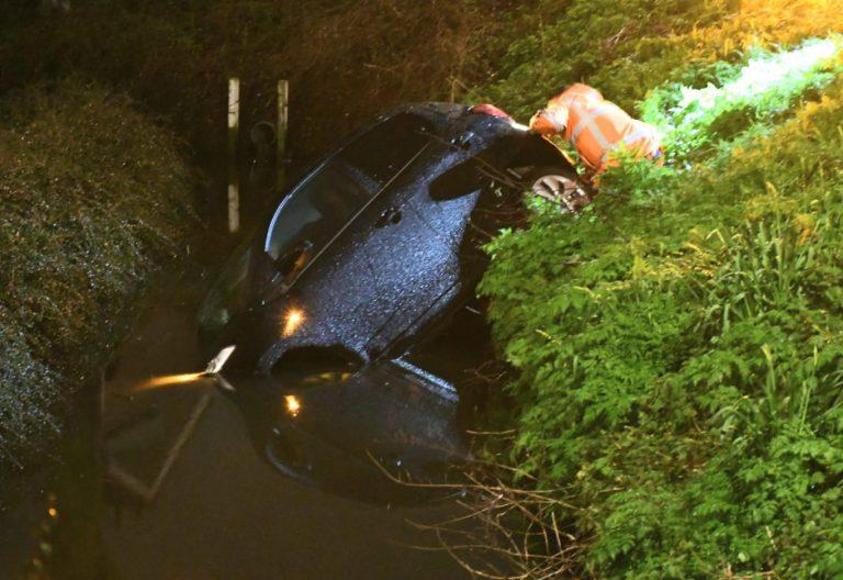 Geparkeerde auto rijdt sloot in in Nieuwerkerkse Oranjebuurt