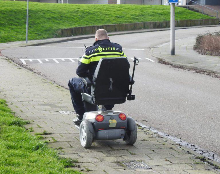 Man gewond na val uit scootmobiel, politie brengt scootmobiel thuis