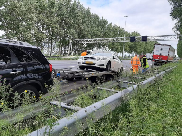 Scharende 'autoambulance' veroorzaakt aanrijding vrachtwagens op A20