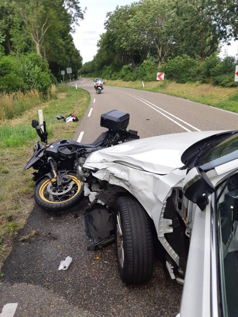 Auto en motorfiets botsen in Nieuwerkerk: motorrijder naar ziekenhuis