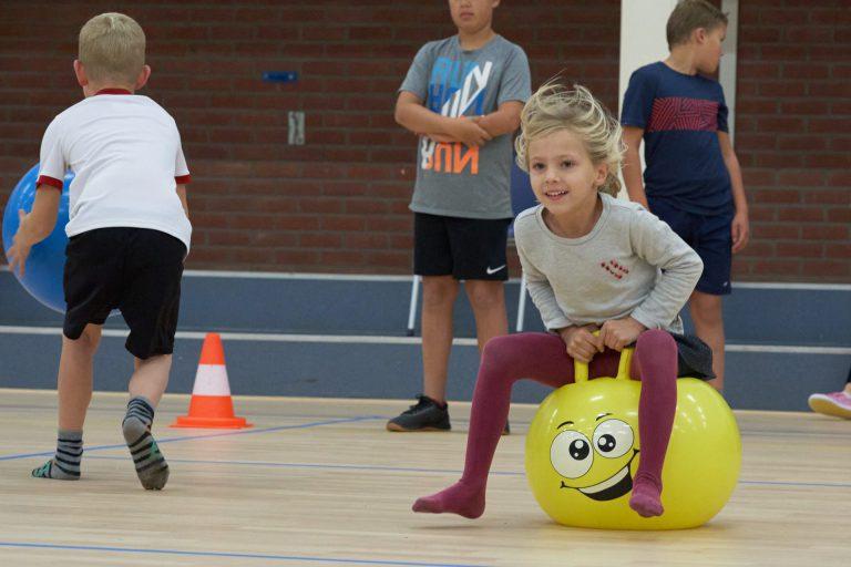 Enthousiaste kinderen bij de sportinstuif in Moerkapelle