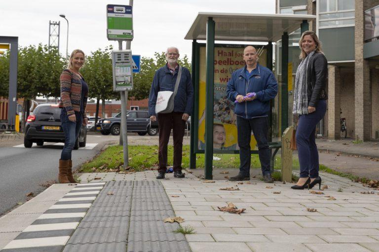 Raadsleden Meppelink en Ambachtsheer schouwen mee bij bushalte