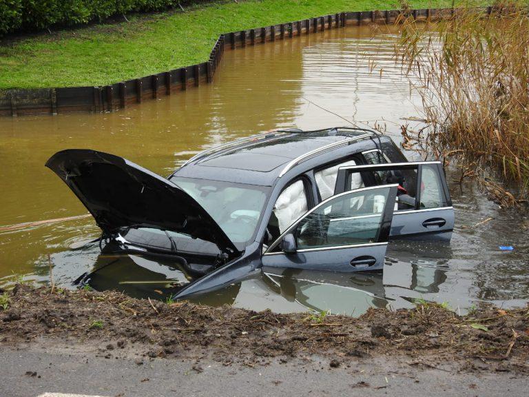 Berg lege bierblikjes rond te water geraakte auto in Moordrecht
