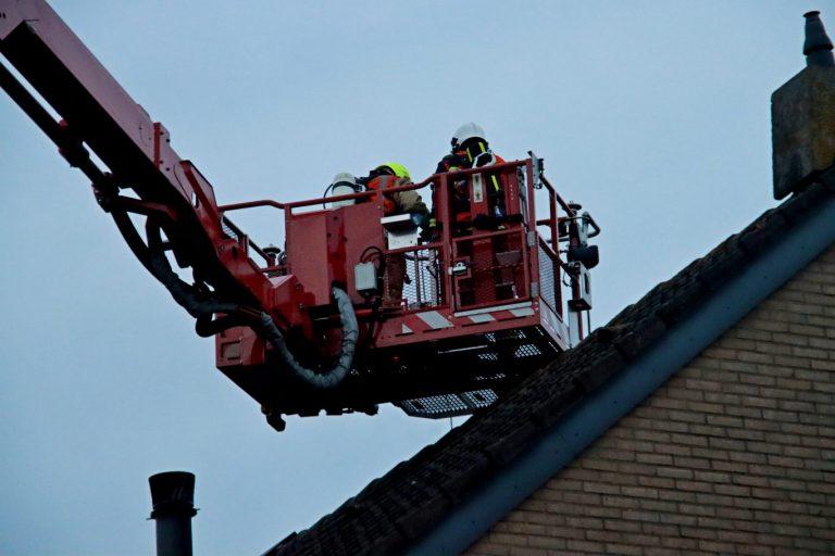 Vonken uit schoorsteen verraden schoorsteenbrand in Nieuwerkerk