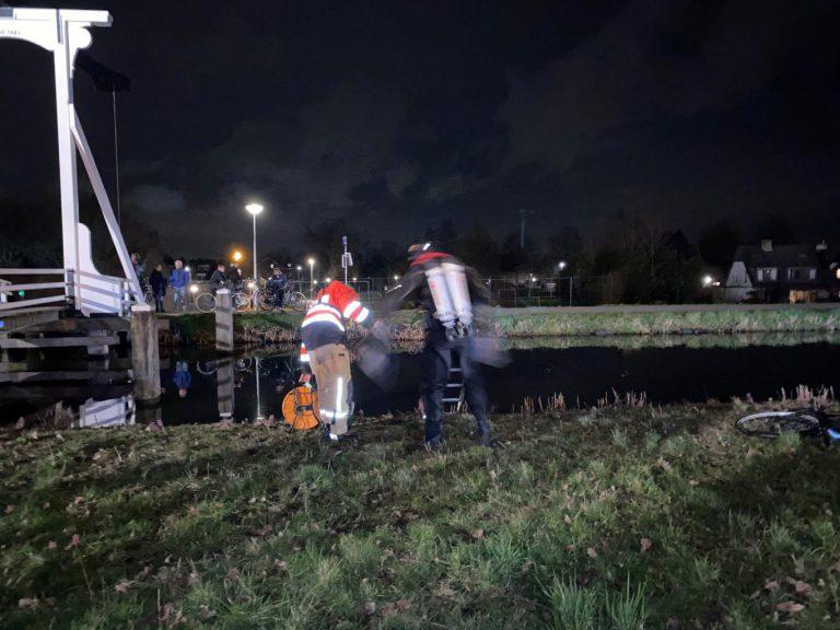 Fiets aangetroffen naast Ringvaart, brandweer zoekt in water naar fietser