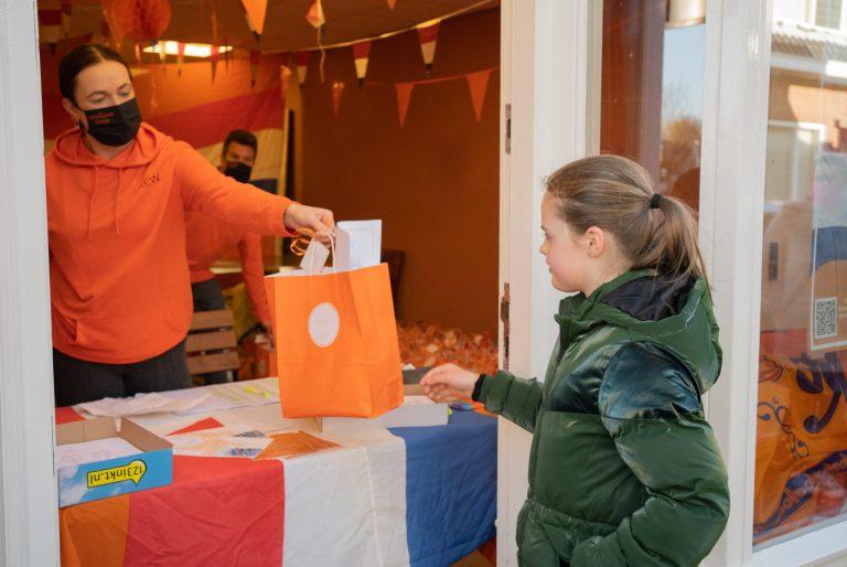 Stichting Moerkapels Oranje deelt feestpakketten uit