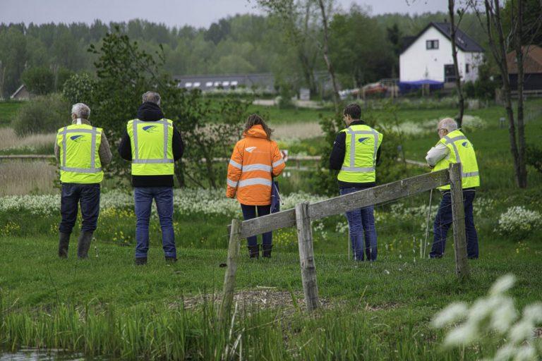 Dijkwachten oefenen droogte-inspectie in regen