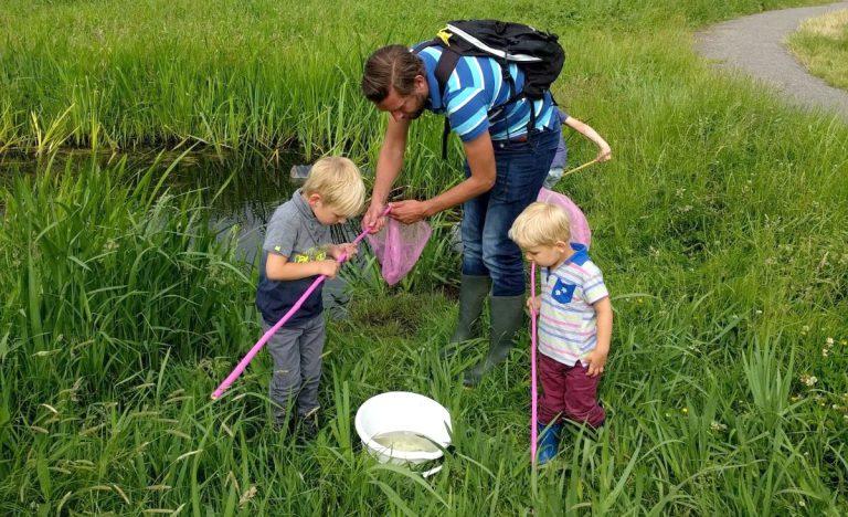 In de buurt waterkwaliteit meten voor onderzoek