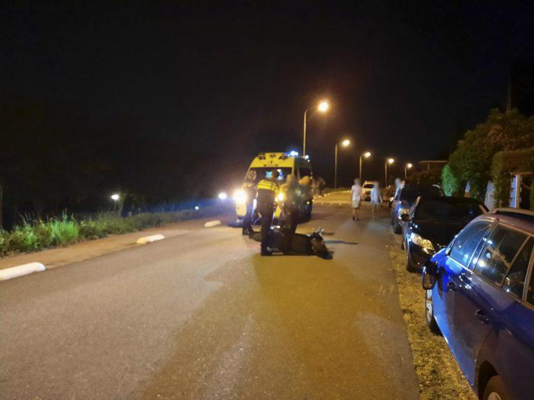 Bestuurder snorscooter gewond na botsing met geparkeerde auto's Westeinde Moordrecht