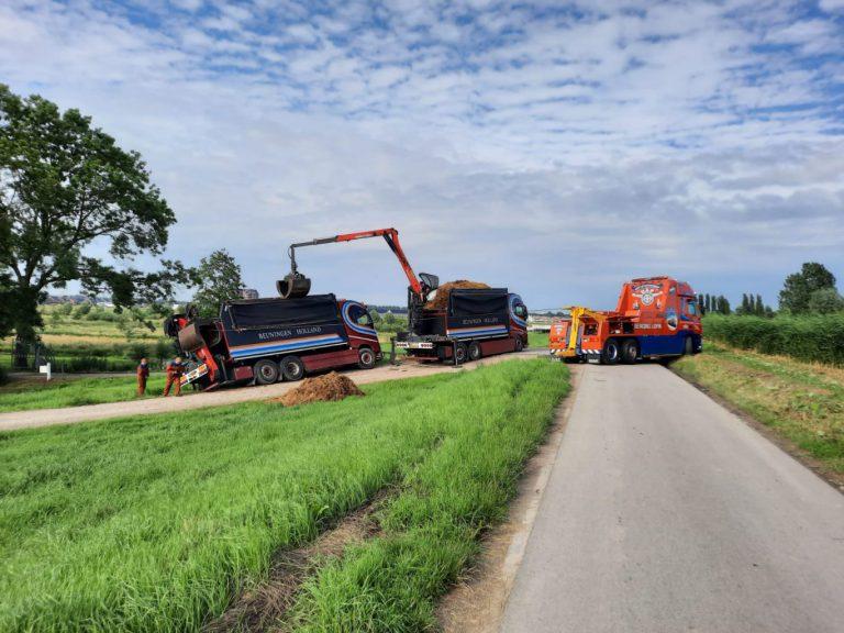 Shit happens: mestwagen zakt weg in zachte berm (+video)
