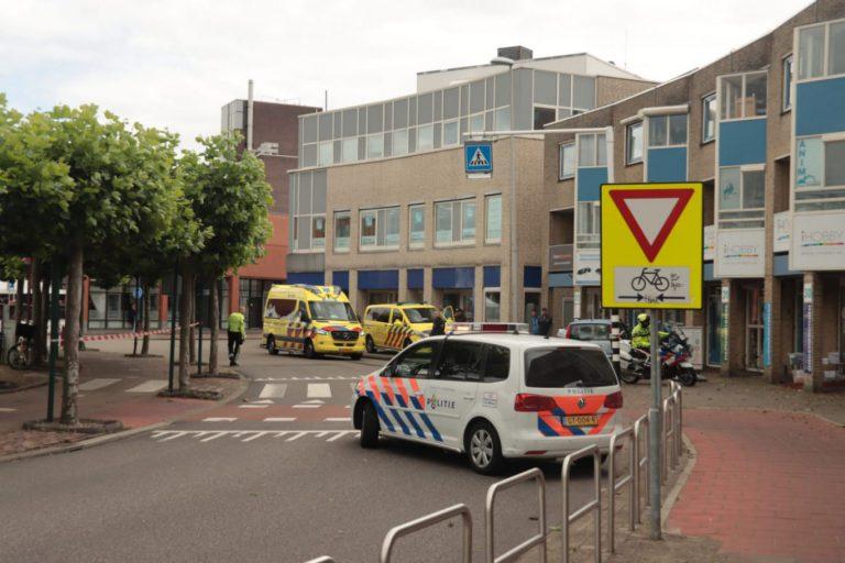 Fietster geschept op Raadhuisplein in Nieuwerkerk