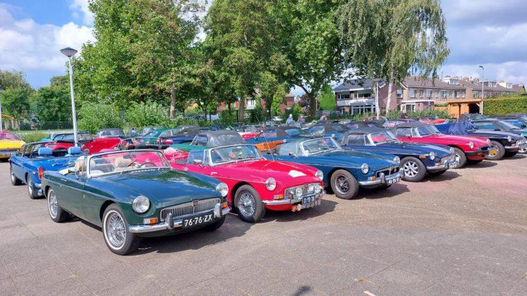 Genieten van MG auto's in Moerkapelle bij jubileum rally