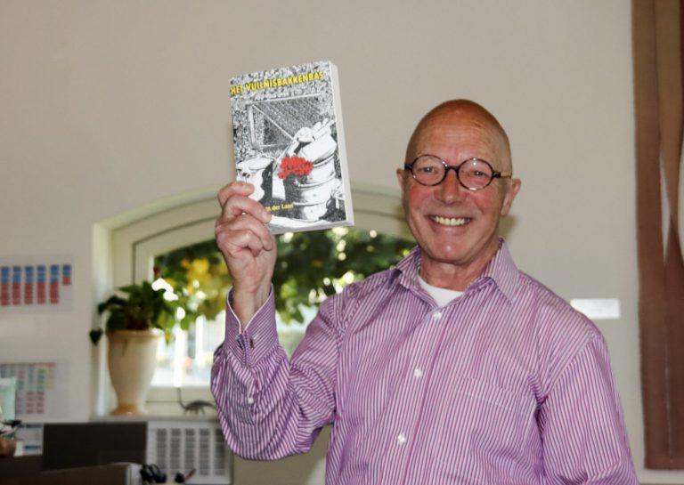 """Nieuwerkerker Paul van der Laan lanceert met trots zijn boek """"Het Vuilnisbakkenras"""" (+video)"""
