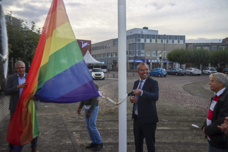 Zuidplas hijst regenboogvlag tijdens Coming Out Day (+video)