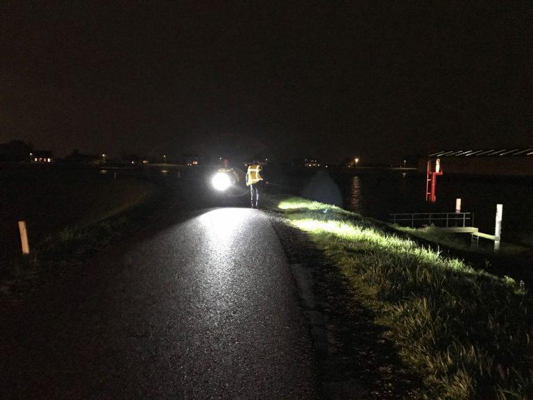 Auto rijdt vanaf Groenendijk in Nieuwerkerk de Hollandsche IJssel in