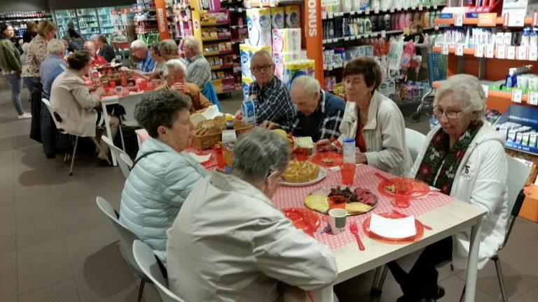 Ouderen lunchen bij Albert Heijn in Nieuwerkerk