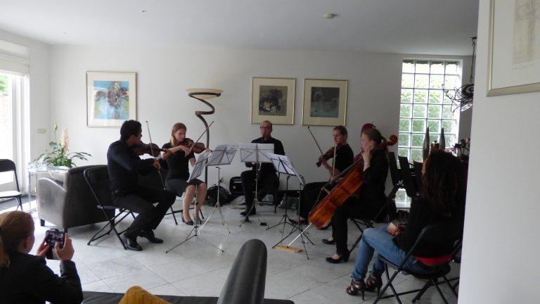 Intieme concerten in huiskamers van te koop staande woningen