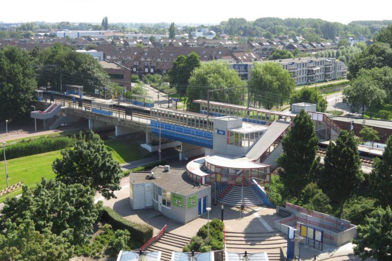 Prorail pleegt onderhoud aan liftschacht treinstation Nieuwerkerk