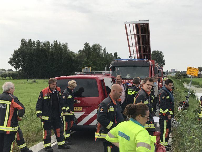 Duikers brandweer zoeken naar persoon in sloot langs Zuidelijke Dwarsweg Nieuwerkerk