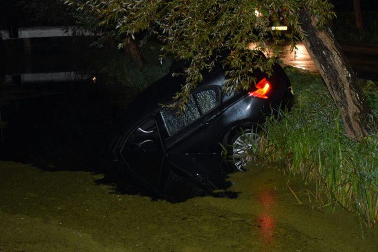 Auto in sloot langs 's-Gravenweg in Nieuwerkerk