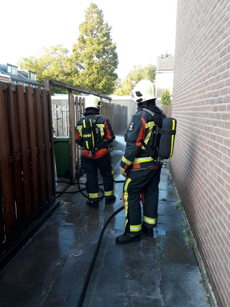 Brandweer redt Moordrechtse schuur en schutting bij brand in kliko