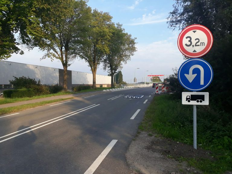 Chauffeurs negeren oerwoud aan borden op Bredeweg Zevenhuizen