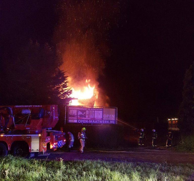 Grote brand in sloopwoning Hoofdweg Nieuwerkerk
