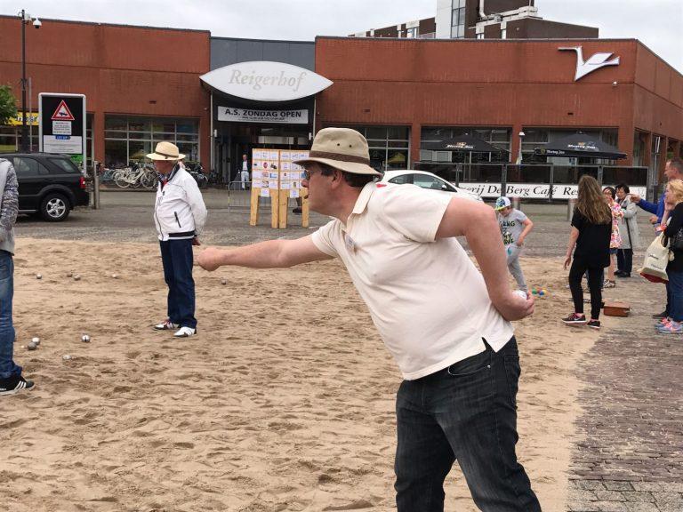 Jaarlijkse Jeu de Boules toernooi op Raadhuisplein Nieuwerkerk