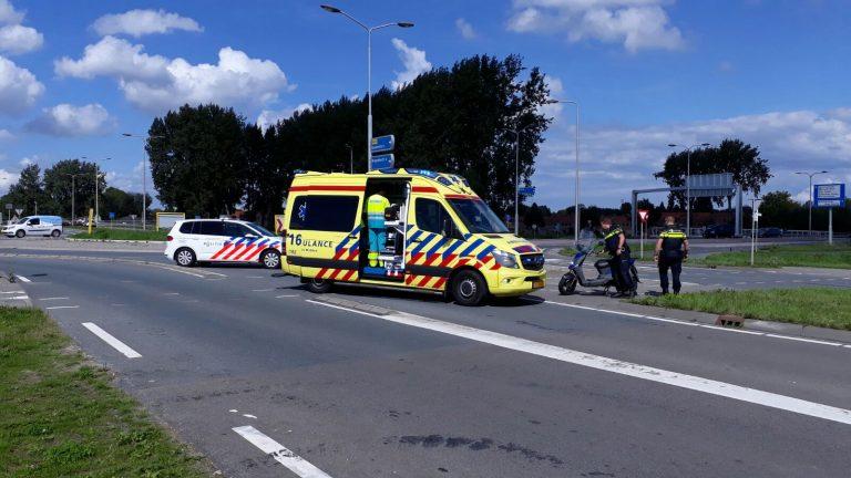 Scooterrijder door voorrangsfout bij Julianasluis Gouda naar ziekenhuis