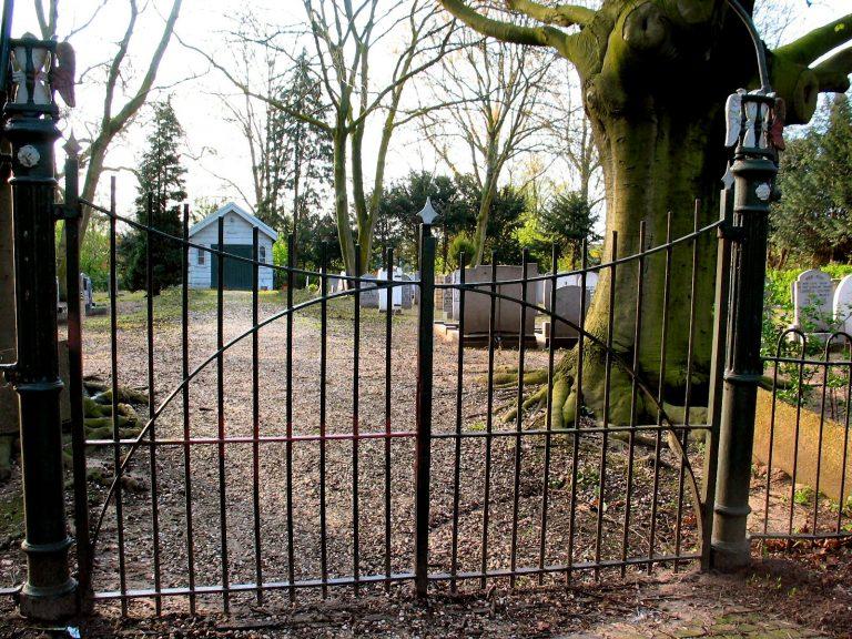 Hek en Baarhuisje Oude Begraafplaats nog steeds niet opgeknapt
